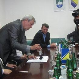 Načelnik Općine Cazin Nermin Ogrešević i premijer Unsko-sanskog kantona (USK) Hamdija Lipovača, jučer su u Cazinu potpisali ugovor o prenosu prava korištenja nad starim objektom zgrade Gimnazije na tu Općinu.