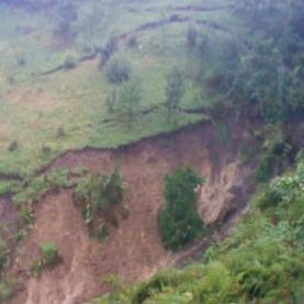 Nakon posljednjih obilnih padavina i nezapamćenih poplava, na području općine Cazin aktivirala su se brojna klizišta.  Uz već registriranih stotinu, ovih dana zabilježeno je i novih tridesetak.