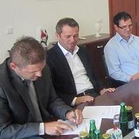 U kabinetu načelnika općine Cazin jučer je upriličeno potpisivanje ugovora o izvođenju radova na projektu DECENT koji se odnosi na izgradnju decentraliziranog kanalizacionog sistema u mjesnoj zajednici Polje.