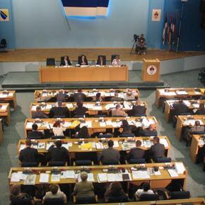 Poslanici Narodne skupštine RS usvojili su, po hitnom postupku, pet zakona o platama budžetskih korisnika. Na ovaj način, zaposlenim u pravosuđu, prosvjeti, MUP-u i javnoj upravi plate se vraćaju na nivo iz 2012. godine.