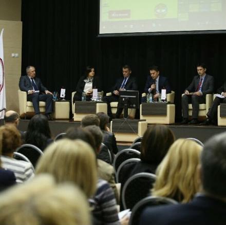 """Seminar je počeo panelom """"Kutak za aktuelni trenutak"""", koji je moderirao nekadašnji premijer Republike Srpske Dragan Mikerević"""
