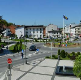 Tri riječi opisuju građane Cazina: red, rad i disciplina. Cazin je najveći proizvođač mlijeka u BiH, a na području opštine djeluje i 1.400 malih i srednjih preduzeća.