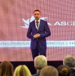 Publika je bila oduševljena načinom na koji je Bešlagić vodio intervju s Hrvićem o poslovanju AS GROUP.