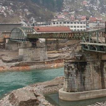 Odbornici Skupštine opštine Foča odgodili su danas izjašnjavanje o novom kreditnom zaduženju od tri miliona maraka za sanaciju Željeznog mosta na Drini za narednu sjednicu, zbog nepotpune informacije o utrošku kredita.
