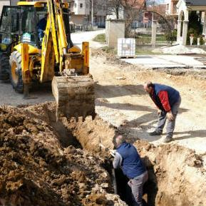 """Dolaskom povoljnijih vremenskih uslova radnici građevinske firme """"Euro-asfalt"""" započeli su radove na izgradnji servisne saobraćajnice."""