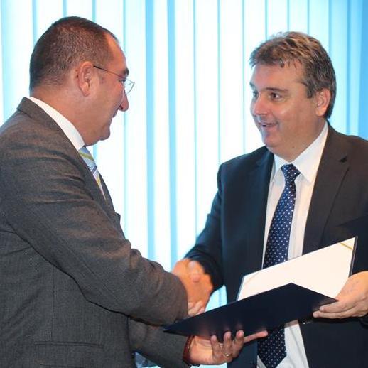 Načelnik Općine Bihać, Emdžad Galijašević uručio je direktoru Meggle kompanije za jugoistočnu Evropu, Marjanu Vučku građevinsku dozvolu za zemljište na kojem će se graditi.