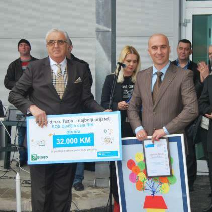Na ceremoniji otvaranja prvog prodajnog objekta u Goraždu, Jasmin Osmanović, izvršni direktor kompanije Bingo Tuzla je direktoru lokacije Goražde SOS Dječijih sela BiH Aliji Lapo, uručio donatorski ček u vrijednosti od 32.000 KM.
