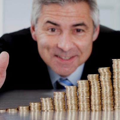 Forbes u procjeni imovine bogatih ljudi težište stavlja na njihovo vlasništvo nad poduzećima, odnosno dionicama.