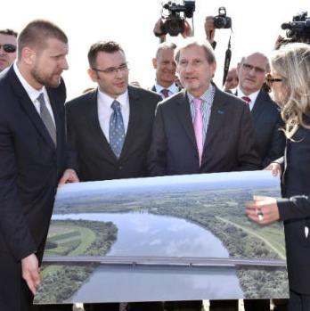 Povjerenik Hahn kaže kako je izgradnja mosta na koridoru 5-c dio programa približavanja Bosne i Hercegovine Europskoj uniji.