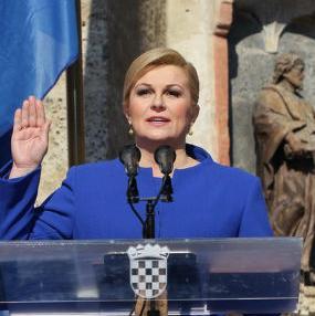 Novoizabrana predsjednica Hrvatske Kolinda Grabar-Kitarović danas je u Zagrebu položila svečanu zakletvu i postala prva žena na čelu ove države. Kitarović je na zagrebačkom Markovom trgu potpisala svečanu zakletvu i  primila predsjedničku lentu.