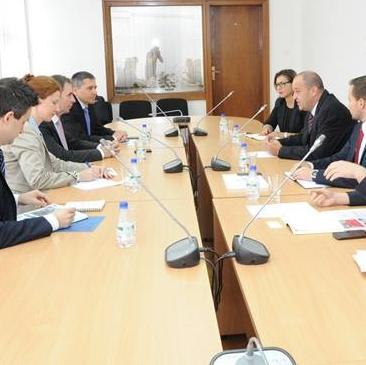 Federalni ministar prometa i komunikacija Enver Bijedić sa saradnicima i predstavnicima Međunarodnog aerodroma Sarajevo održao je danas sastanak s generalnim direktorom niskotarifne aviokompanije Wizz Air Jozsefom Varadijem.