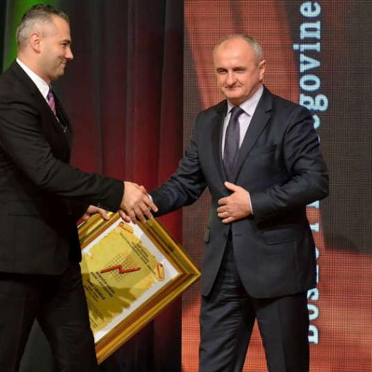 """Nagrada """"Najmenadžer 2014"""" Lagariji je uručena u Banja Luci 16. decembra 2014. godine za uspješno poslovanje i vođenje firme Bosnet, dobro uloženu investiciju i zapošljavanje novih radnika, uvođenje savremenih tehnologija i njihovo korištenje..."""