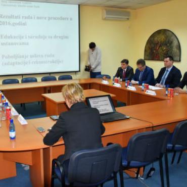 U Univerzitetskom kliničkom centru Tuzla u ponedjeljak je održan radni sastanak između predstavnika Vlade TK i zaposlenika UKC Tuzla.
