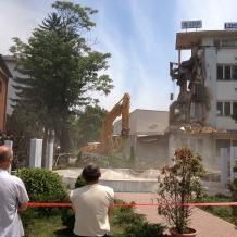 Danas su započele aktivnosti oko uklanjanja jednog dijela zgrade nekadašnjeg društvenog doma, koja se nalazi na Trgu ljiljana u Sanskom Mostu.