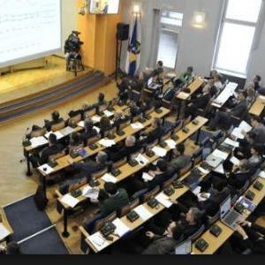 Na dnevnom redu sjednice zastupnici bi trebali razmatrati  Prijedlog izmjena i dopuna budžeta Kantona Sarajevo za 2015., Prijedlog zakona o izmjenama Zakona o izvršavanju budžeta KS-a za ovu godinu.