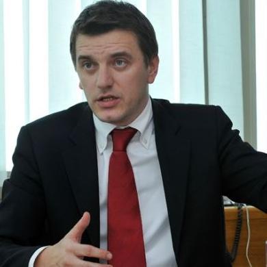 Hadžić je prvi angažman imao kada je 1998. izabran za zastupnika u Skupštinu Kantona Sarajevo.