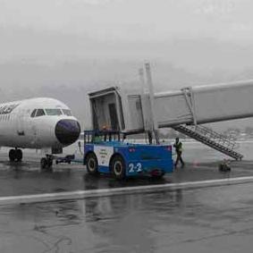 Dežurni operater Međunarodnog aerodroma Sarajevo potvrdio je Agenciji Fena da aerodrom nije zatvoren, ali da su meteorološke prilike za slijetanje aviona na granici minimuma.