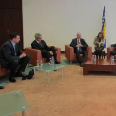Zamjenik predsjedatelja Vijeća ministara BiH i ministar financija i trezora Vjekoslav Bevanda primio je danas čelnike UniCredit Banke koji su ga upoznali s poslovanjem ove banke na području BiH.