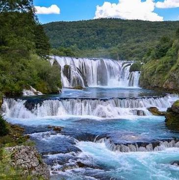 Prostorni plan područja posebnih obilježja od značaja za Federaciju u Slivu rijeke Une, otvorio je mogućnost da se u Martin Brodu, srcu Nacionalnog parka, gradi ekološka mini hidroelektrana.