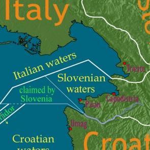 Slovenija smatra da Hrvatska javnim natječajem za koncesije za istraživanje i eksploataciju ugljikovodika u Jadranu jednostrano prejudicira rješenje pitanja pomorske granice, objavilo je u srijedu slovensko veleposlanstvo u Zagrebu.
