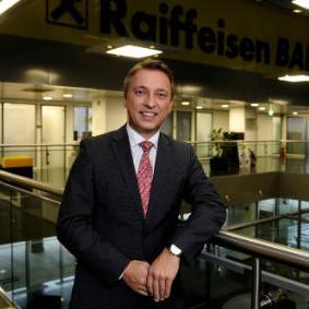 Raiffeisen banka je prva banka na bosanskohercegovačkom tržištu koja preduzećima nudi uslugu faktoringa koja, kroz ustupanje potraživanja Banci, osigurava likvidnost i stabilnost poslovanja preduzeća.