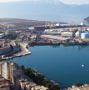 Iako hrvatska luka, luka Ploče je od velike važnosti za privredu Bosne i Hercegovine.
