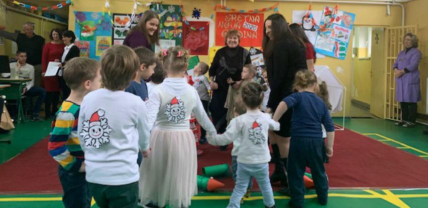 Amko komerc razveselio djecu novogodišnjim paketićima (Foto)