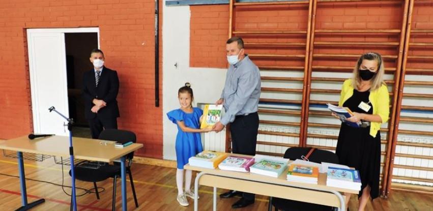 Općinski načelnik uručio udžbenike za jablaničke prvačiće