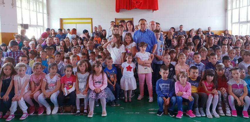 Opština Sokolac i VUB obezbijedili ruksake i školski pribor za đake prvake