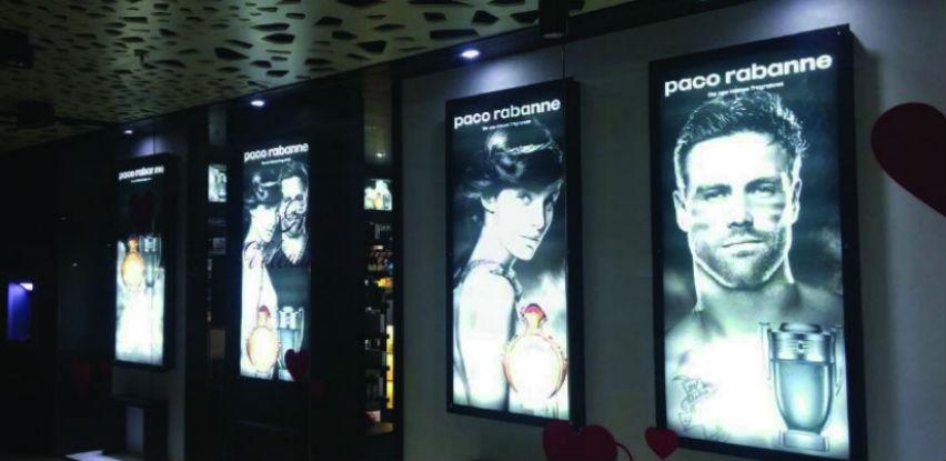 Budite u centru pažnje na svjetlećoj display reklami