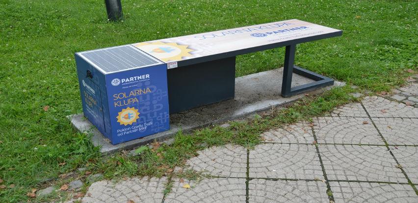 Partner MKF donirala solarnu klupu Tuzli