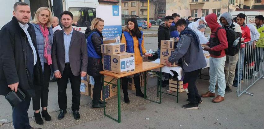 Merhamet i Islamic Relief podijelili 500 paketa pomoći migrantima u Tuzli