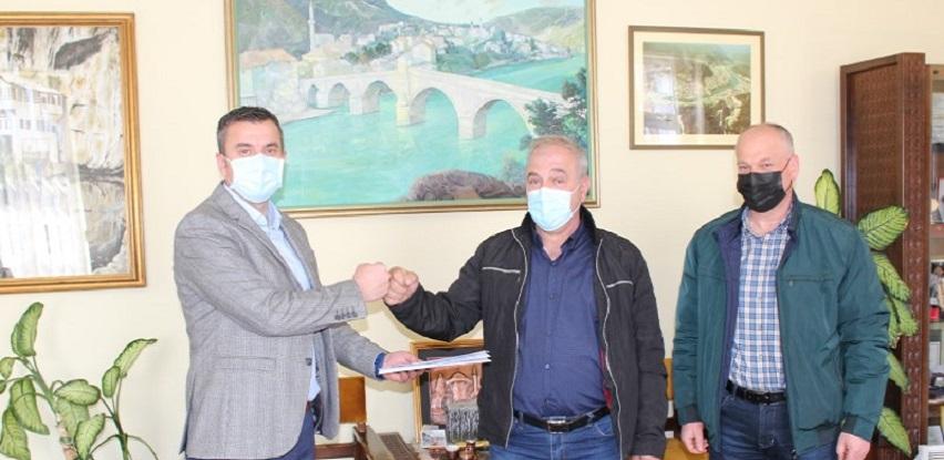 Općina Konjic poklonila putnički automobil kombi udruženju