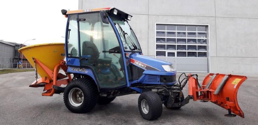 Polovan traktor za zimsku službu